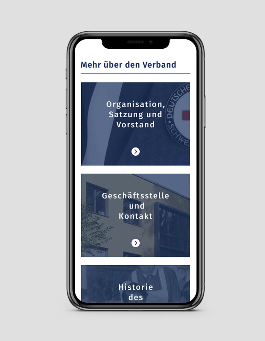 Ansicht der Website des Verbands der Schwesternschaften vom DRK e.V. auf einem Smartphone, gestaltet von der Healthcare Agentur mcs