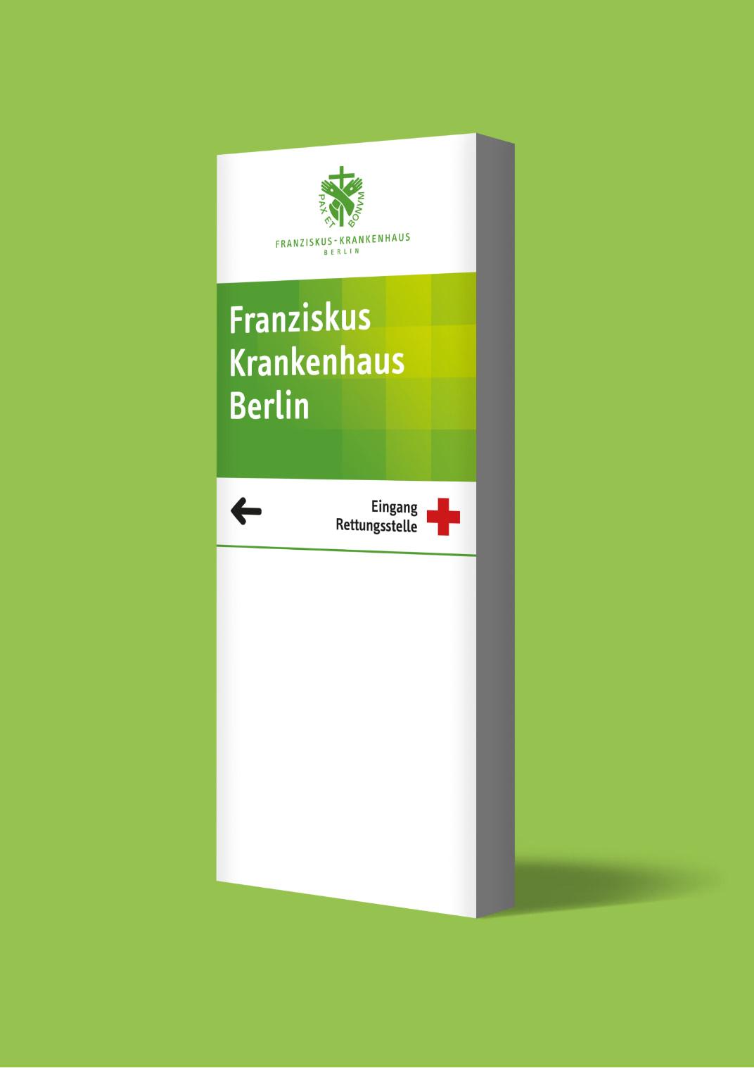 Ansicht einer Stele mit Wegweisern im neuen Design des Franziskus-Krankenhauses, gestaltet von der Healthcare Werbeagentur mcs