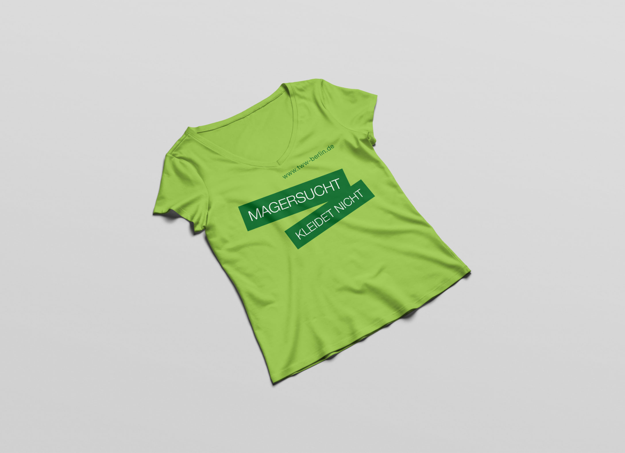 Ansicht eines grünen T-Shirts mit einem Aufdruck des Claims der Aufklärungkampagne Magersucht der Healthcare Werbeagentur mcs