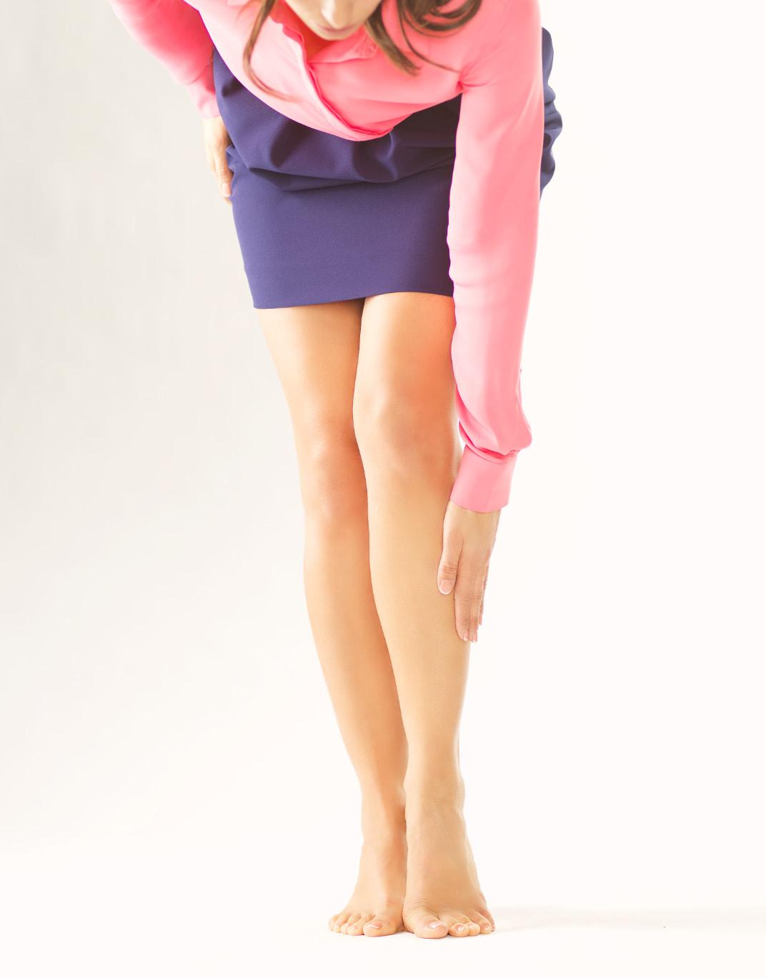 Bild für den Website Relaunch Lioton von der Healthcare Werbeagentur mcs mit einer Frau, die sich an die Wade fässt