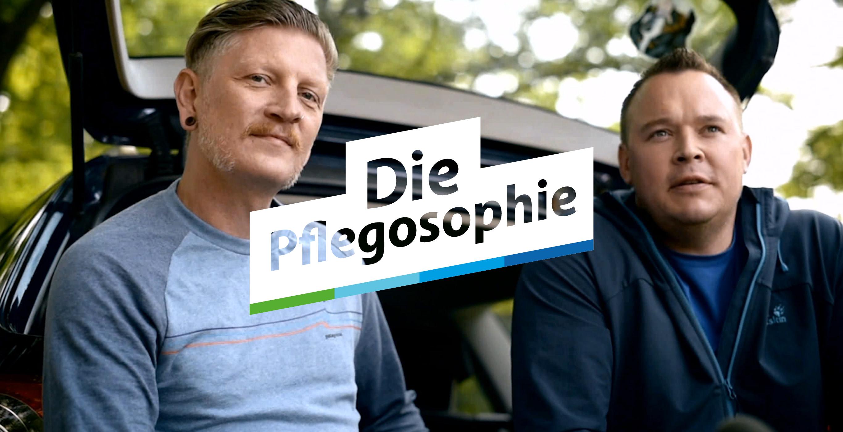 Titelbild der Pflegosophie Recruiting Kampagne der Healthcare Werbeagentur mcs mit 2 am Auto sitzenden Altenpflegern