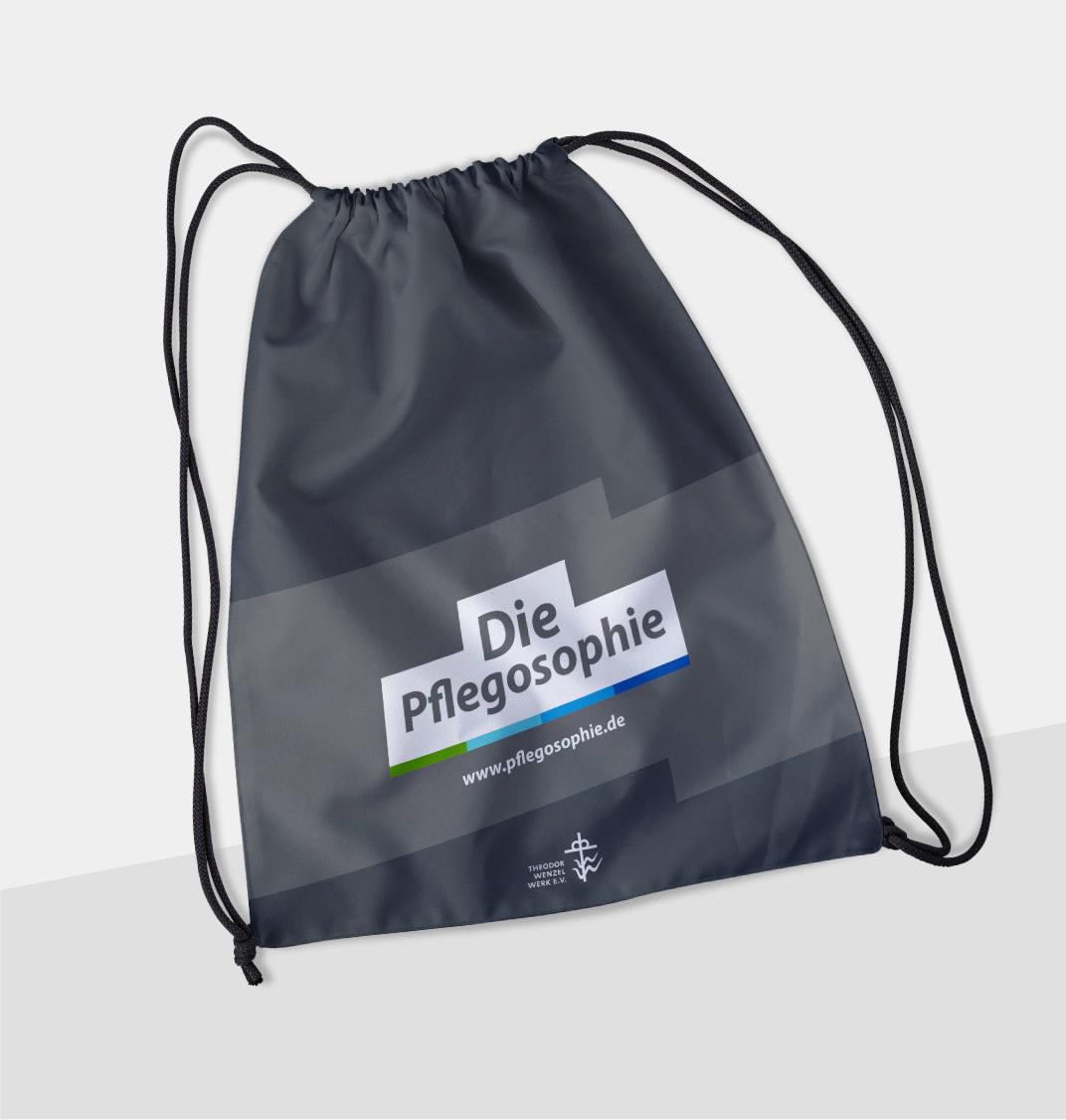 Bild eines Gymbags mit Pflegosophie-Aufdruck, gestaltet von der Healthcare Werbeagentur mcs